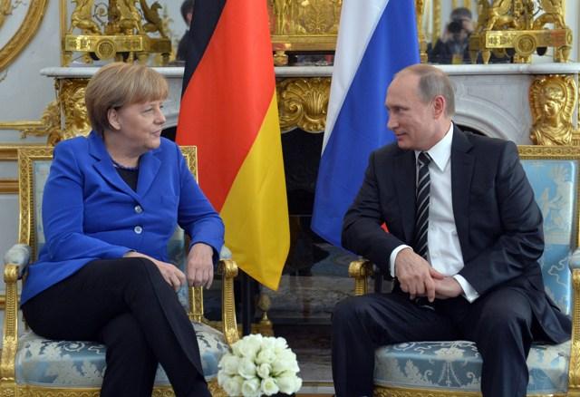 Na snímke nemecká kancelárka Angela Merkelová (vľavo) počúva ruského prezidenta Vladimira Putina počas ich bilaterálneho stretnutia v Elyzejskom paláci v Paríži