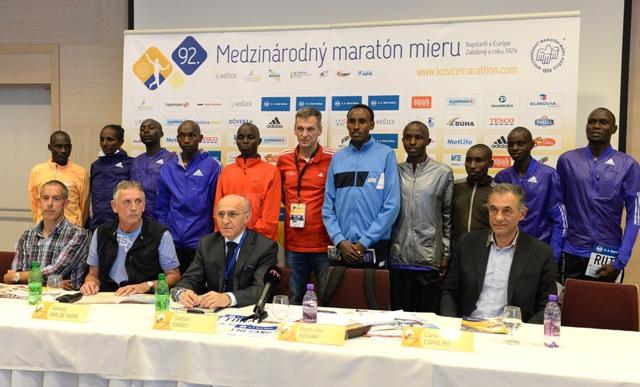 Spoločná snímka bežcov a členov organizačného výboru