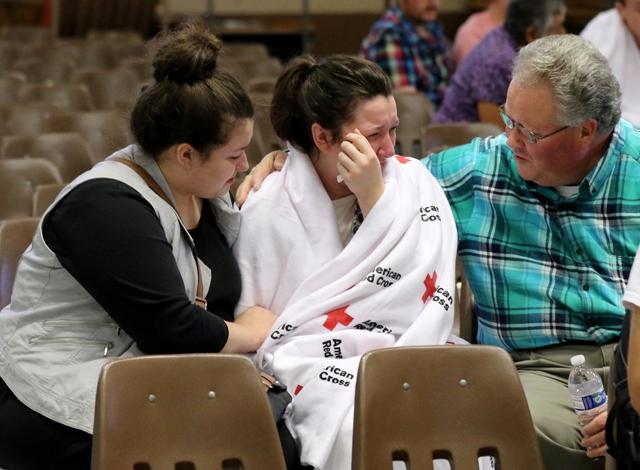 a snímke Hannah Milesová (uprostred) so svojou sestrou a otcom po streľbe v areáli vysokej školy Umpqua Community College v americkom Roseburgu, štát Oregon