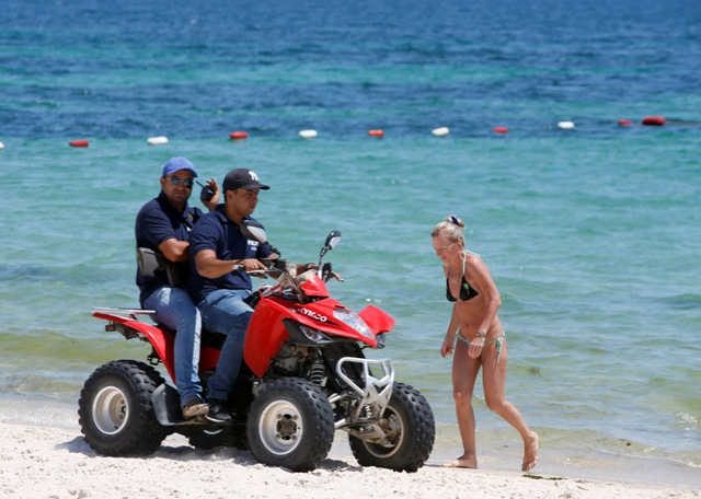 Policajti hliadkujú na pláži hotela Imperial Marhaba v letovisku Sousse (Súsa)
