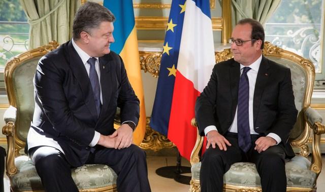 Na snímke francúzsky prezident Francois Hollande (vpravo) sa rozpráva so svojím ukrajinským partnerom Petrom Porošenkom počas ich bilaterálneho stretnutia v Elyzejskom paláci v Paríži