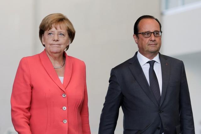 Na snímke nemecká kancelárka Angela Merkelová (vľavo) a francúzsky prezident Francois Hollande