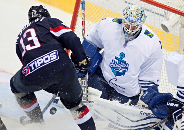 Na snímke vpravo brankár Ivan Nalimov (Vladivostok)