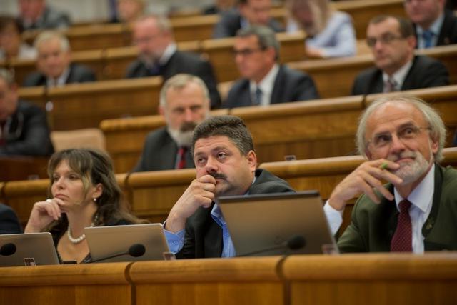 Na snímke sprava poslanci za OĽaNO Ján Mičovský, Igor Hraško a Helena Mezenská