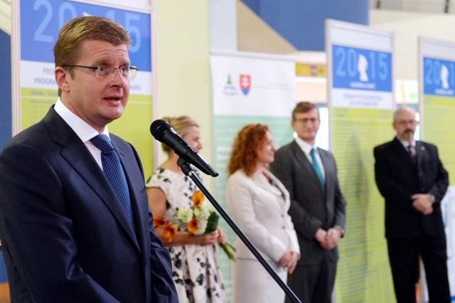 Na snímke minister životného prostredia SR Peter Žiga (vľavo) počas príhovoru na otvorení veľtrhu štúdia a kariéry Akadémia&Vapac v Bratislave