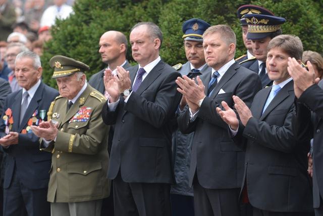 Na snímke uprostred prezident SR Andrej Kiska, druhý sprava predseda vlády SR Robert Fico