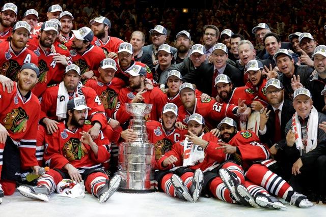 Na snímke hráči Chicaga Blackhawks pózujú so Stanleyho pohárom