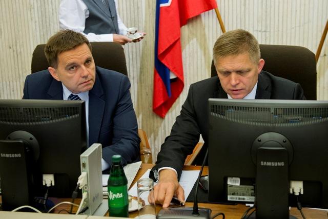 Na snímke minister financii SR Peter Kažimír (vľavo) a predseda vlády SR Robert Fico (vpravo)
