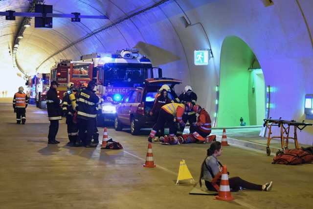 Na snímke pohľad do ľavého tunela počas taktického cvičenia zložiek Integrovaného záchranného systému (IZS) v tuneli Šibenik  na diaľnici D1 Jánovce – Jablonov neďaleko Levoče
