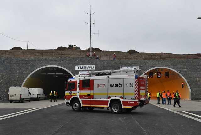 Na snímke hasičské auto stojí pred vjazdom do tunela Šibenik počas taktického cvičenia zložiek Integrovaného záchranného systému (IZS) v tuneli Šibenik  na diaľnici D1 Jánovce – Jablonov neďaleko Levoče