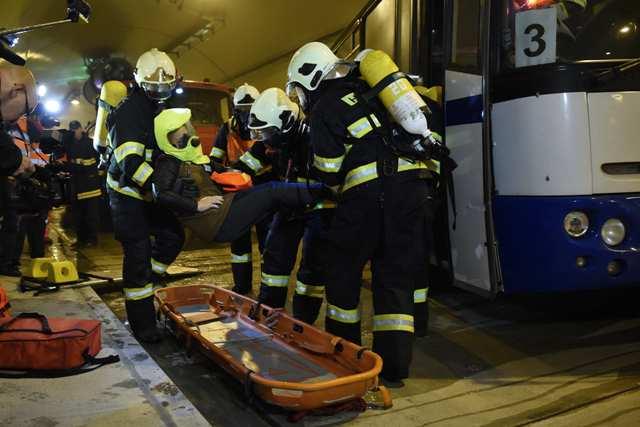 Na snímke hasiči nakladajú zraneného figuranta na nosidlá v pravej rúre tunela Šibenik počas taktického cvičenia zložiek Integrovaného záchranného systému (IZS) v tuneli Šibenik  na diaľnici D1 Jánovce – Jablonov neďaleko Levoče