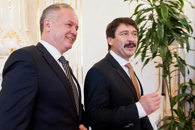 Na snímke maďarský prezident János Áder (vpravo) a prezident SR Andrej Kiska