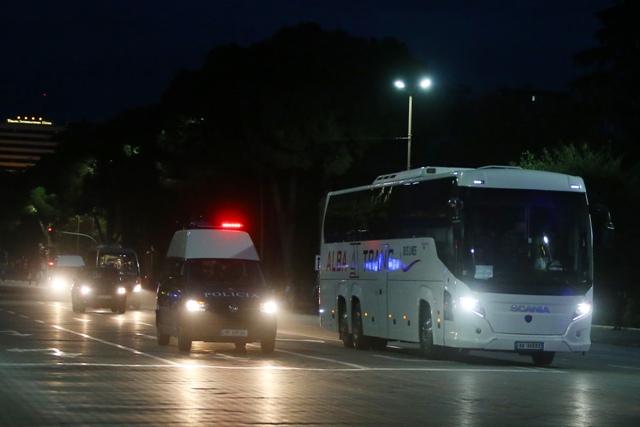 Na snímke albánska polícia sprevádza autobus srbskej futbalovej reprezentácie v Tirane, deň pred ostrosledovaným zápasom I-skupiny kvalifikácie EURO 2016