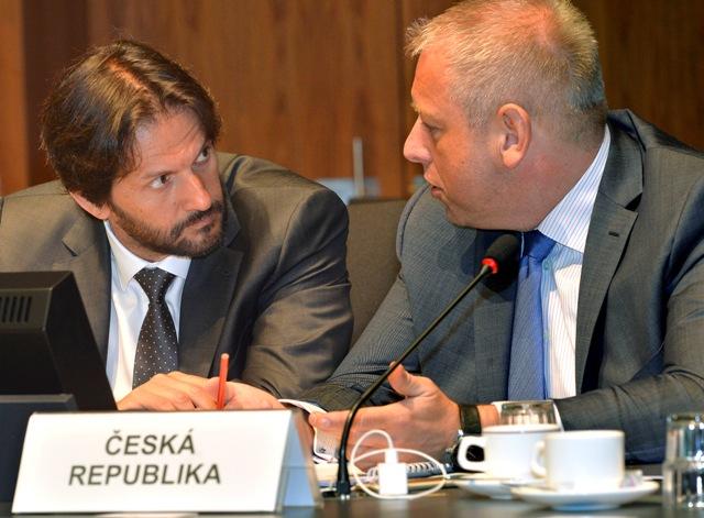 Na snímke vpravo minister vnútra Českej republiky Milan Chovanec a vľavo podpredseda vlády SR a minister vnútra SR Robert Kaliňák