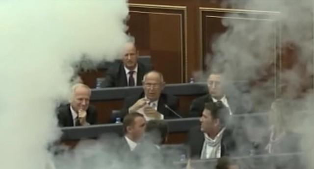 V Kosovskom parlamente ako na bojisku! Celá rokovacia sála bola zamorená slzotvorným plynom a vybuchovala pyrotechnika
