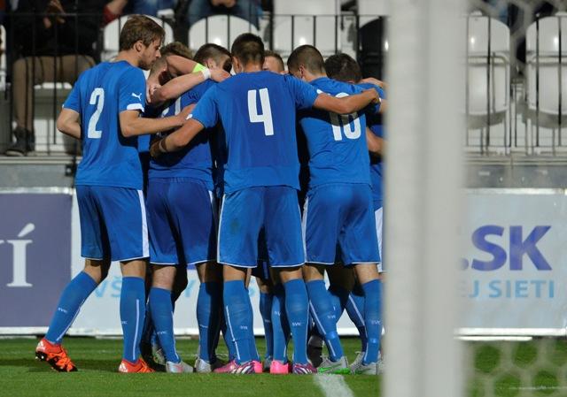 Slováci sa tešia po góle v  kvalifikačnom futbalovom zápase o postup na ME 2017 hráčov do 21 rokov Slovensko - Cyprus