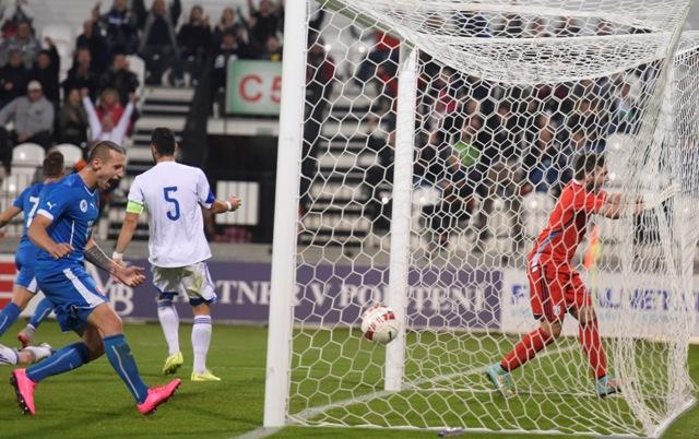 Slovák Adam Zreľák (vľavo) sa teší po góle do siete Cyperčana Dimitriosa Tziakourisa v kvalifikačnom futbalovom zápase o postup na ME 2017 hráčov do 21 rokov Slovensko - Cyprus