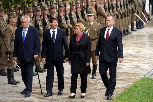 Na snímke zľava prezidenti Česka Miloš Zeman, Maďarska János Áder,  Chorvátska Kolinda Grabarová-Kitarovičová a Slovenska Andrej Kiska počas prehliadky čestnej stráže v rámci ich stretnutia na dvojdňovom summite prezidentov Vyšehradskej štvorky V4 rozšírenej o Chorvátsko v maďarskom meste Balatonfüred