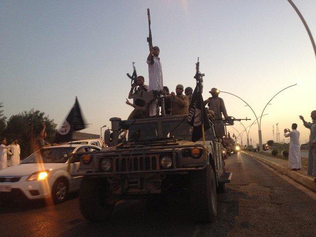Na snímke bojovníci hnutia Islamský štát