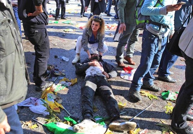 Na snímke žena narieka nad telom obete na mieste výbuchu 10. októbra 2015 v Ankare