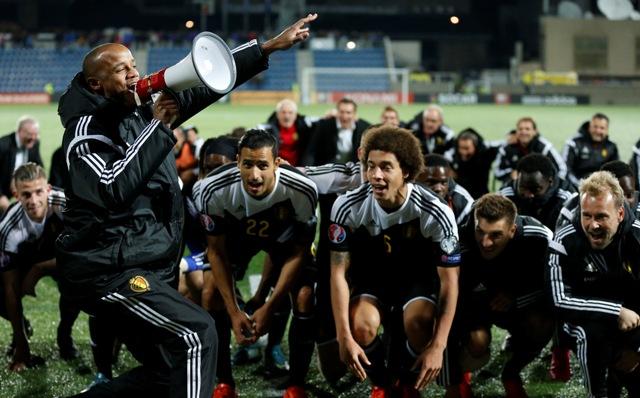 Na snímke belgický futbalista Vincent Kompani s megafónom oslavuje víťazstvo nad Andorou so spoluhráčmi po kvalifikačnom zápase B skupiny o postup na EURO 2016