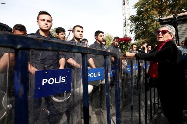 Policajti, ktorí blokujú cestu k miestam sobotňajších bombových výbuchov