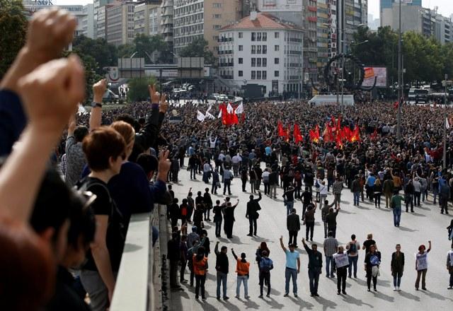 Protestujúci sa zhromažďujú neďaleko miesta sobotňajších bombových výbuchov