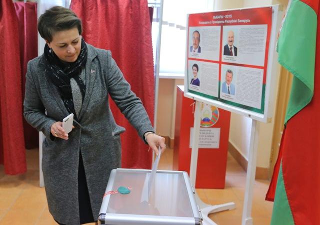 Na snímke bieloruská prezidentská kandidátka Taťjana Korotkevičová počas hlasovania v prezidentských voľbách v Minsku