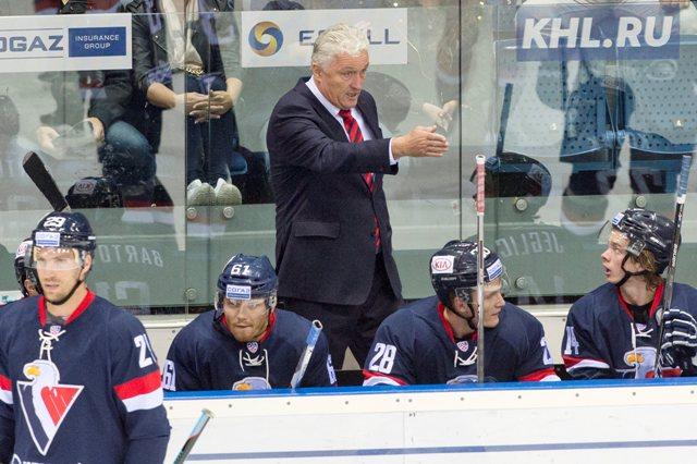 Na snímke v pozadí tréner Slovana Miloš Říha