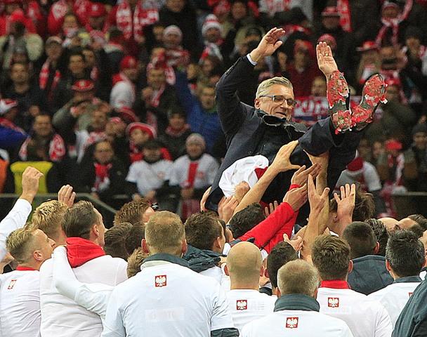 Poľskí futbalisti vyhadzujú nad hlavu trénera poľskej futbalovej reprezentácie Adama Nawalku počas osláv postupu na budúcoročný európsky šampionát po výhre 2:1 nad Írskom v zápase kvalifikačnej D-skupiny o postup na EURO 2016 Poľsko - Írsko