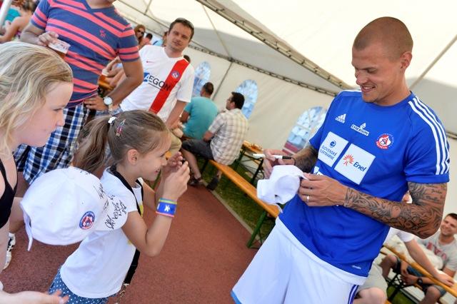 Na snímke Martin Škrtel (vpravo) podpisuje šiltovku mladej fanúšičke počas 7. ročníka charitatívneho turnaja Hviezdy deťom