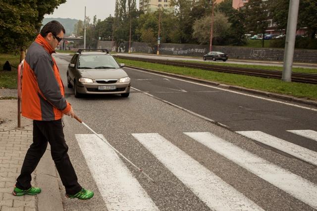 Na snímke simulácia prechodu nevidiaceho človeka cez cestu