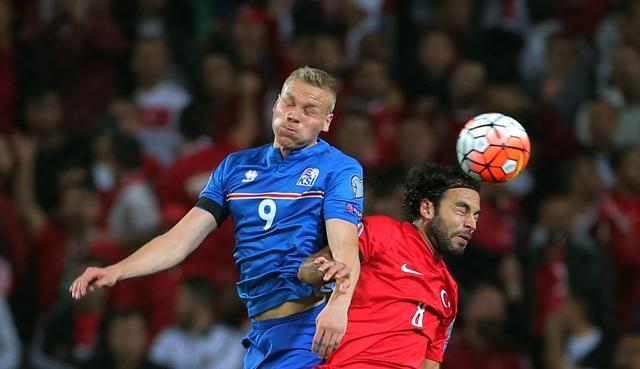 Na snímke vpravo turecký hráč Selcuk Inan, vľavo hráč Islandu Kolbeinn Sigthorsson