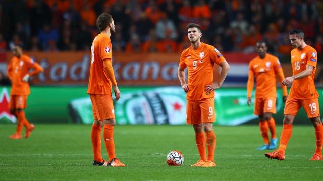 Holandskí hráči reagujú po treťom góle Čechov vo futbalovom zápase A-skupiny kvalifikácie o postup na EURO 2016 Holandsko - ČR v Amsterdame