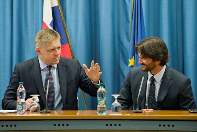 Na snímke vľavo premiér SR Robert Fico a vpravo minister vnútra SR Robert Kaliňák