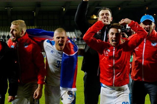 Na snímke hráči Slovenska sa tešia po víťaznom kvalifikačnom zápase C-skupiny o postup na EURO 2016 Luxembursko - Slovensko (2:4) v Luxemburgu