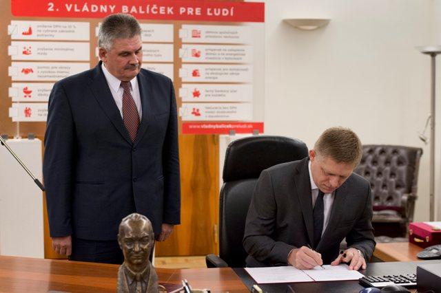 Predseda vlády SR Robert Fico (vpravo) podpísal 15. októbra 2015 v Bratislave za prítomnosti ministra práce, sociálnych vecí a rodiny SR Jána Richtera (vľavo) vládne nariadenie o minimálnej mzde, ktorým sa ustanovuje suma minimálnej mzdy na rok 2016