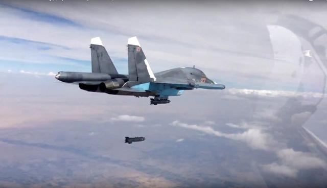 Na snímke zverejnenej ruským ministerstvom obrany piloti stíhacieho bombardéra Su-34 zhadzujú bomby na ciele v Sýrii