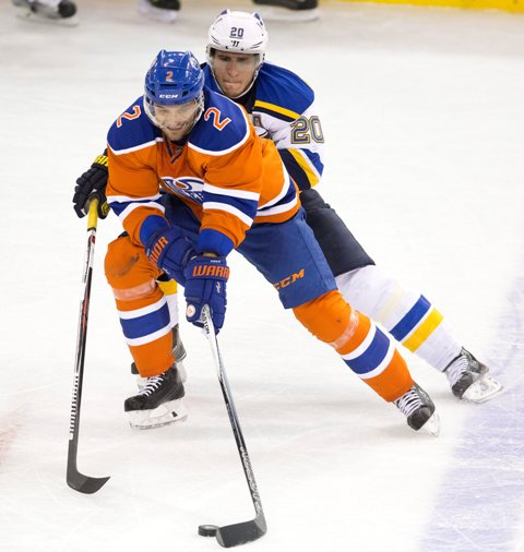 Na snímke v popredí slovenský obranca Edmontou Andrej Sekera, v pozadí hráč Blues Alexander Steen v zápase hokejovej NHL Edmonton Oilers - St. Louis Blues