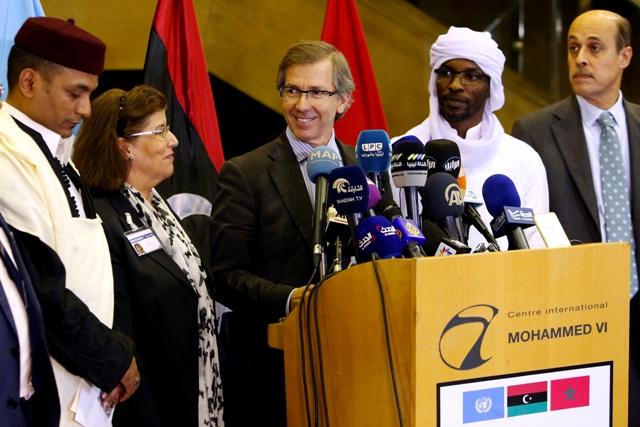 Na snímke vyslanec OSN pre Líbyu Bernardino Leon (v strede)