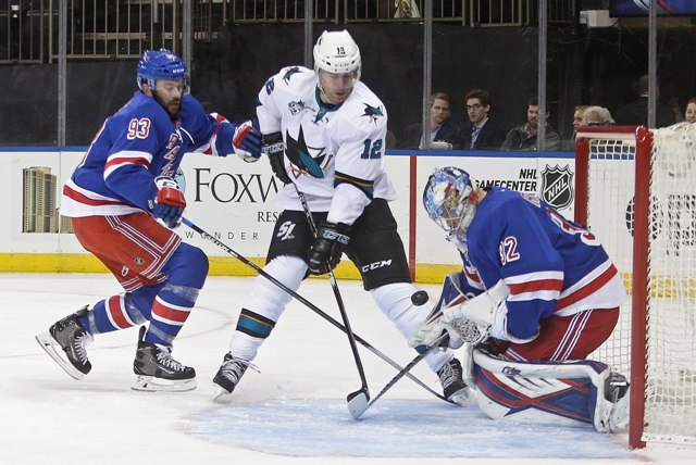 Na snímke brankár New Yorku Rangers Antti Raanta zastavuje strelu Patricka Marleaua zo San Jose Sharks počas zápasu zámorskej NHL proti San Jose Sharks