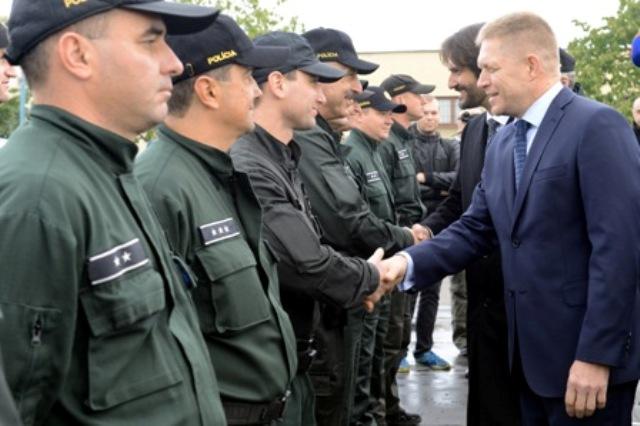 Na snímke predseda vlády SR Robert Fico (prvý sprava) a podpredseda vlády a minister vnútra SR Robert Kaliňák (druhý sprava) počas slávnostného vyslania 50 policajtov na ochranu maďarsko-srbskej hranice v Bratislave