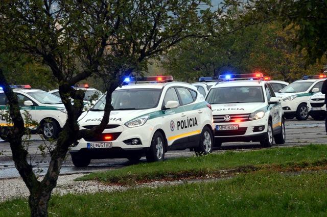Na snímke slovenskí policajti odchádzajú po slávnostnom vyslaní 50 príslušníkov Policajného zboru SR policajtov na ochranu maďarsko-srbskej hranice v Bratislave