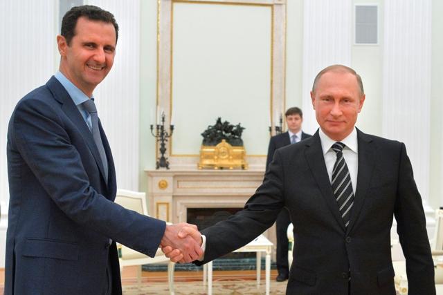 Na snímke sýrsky prezident Bašár Asad (vľavo) a ruský prezident Vladimir Putin si podávajú ruky počas stretnutia v Moskve