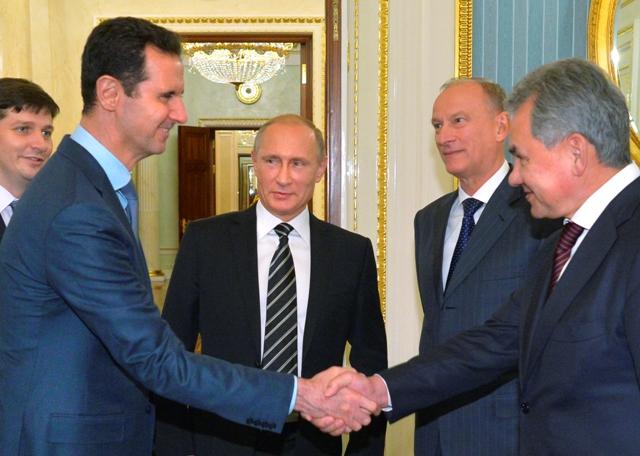 Na snímke sýrsky prezident Bašár Asad (druhý vľavo), ruský prezident Vladimir Putin (tretí vľavo) a ruský minister obrany Sergej Šojgu (vpravo) počas stretnutia v Moskve