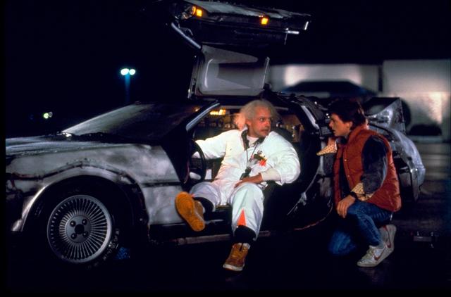 Na snímke Christopher Lloyd (vľavo) ako doktor Emmett Brown a Michael J. Fox  ako Marty McFly vo filme Návrat do budúcnosti
