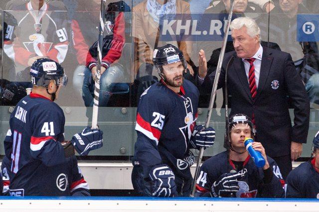 Na snímke striedačka Slovana vpravo v pozadí tréner Miloš Říha, zľava v popredí Patrik Lušňák, Marek Viedenský a Žiga Jeglič v zápase hokejovej KHL Slovan Bratislava - Barys Astana