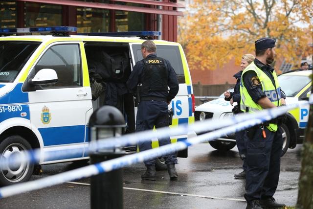 Policajti sú pred budovou základnej školy po útoku ozbrojeného maskovaného muža v západošvédskom meste Trollhättan, ktoré sa nachádza neďaleko Göteborgu