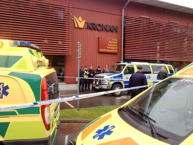 Na snímke záchranári sú pred budovou základnej školy po útoku ozbrojeného maskovaného muža v západošvédskom meste Trollhättan