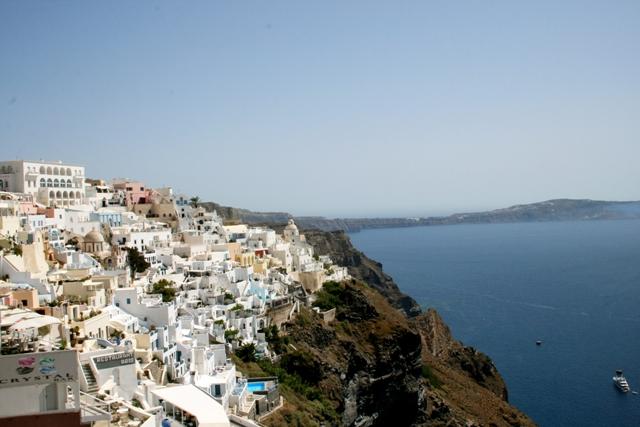 Na snímke domy na pobreží ostrova Santorini na južnom okraji gréckeho súostrovia Kyklady